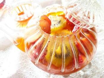 沢山のフルーツを加えたフルーツティー。たまには、贅沢気分を味わっちゃいましょう!飲み終わった後のフルーツは、ジャム作りの素材として楽しんでもOK!お好きなフルーツの組み合わせを見つけてみるのも楽しいかもしれませんね。