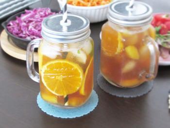 オレンジとソーダの組み合わせがとっても爽やかなオレンジティーソーダ。お洒落なハンドル付きのマグに注げば、見た目もとってもお洒落で、おもてなしやパーティーシーンにぴったりです。