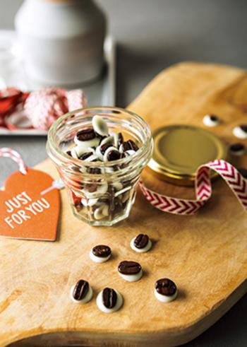 深煎りのコーヒー豆に、甘いホワイトチョコレートをコーティング。カリッとした歯応えとともに、香ばしくてほろ苦いコーヒーの風味が広がります。コーヒー好きの彼や、甘いものが少し苦手な方にも喜ばれそうですね。