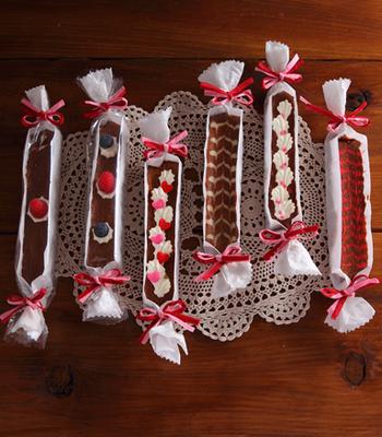 クッキングシートで作った型に生地を流し込み、そのままキャンディのように両端を結んでラッピング。泡立てた生クリームや砂糖漬けの飾りなどでデコレーションして、オリジナルなデザインを工夫しましょう。
