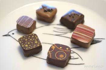 ブランデーなど好みのフレーバーのガナッシュを冷やし固め、チョコレートでコーティングしたボンボンショコラ。模様は、転写シートで簡単につけられます(製菓材料のお店で販売)。まるでお店のチョコレートのように完成度が高いですね。