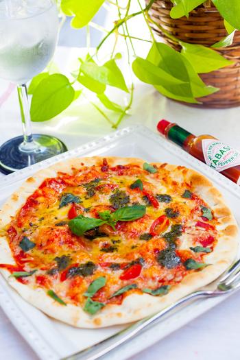 ピザは生地作りも味わいに影響するポイントです。厚めでふわふわ?それとも薄めのカリカリ?使う粉の種類を変えるだけでもテイストがガラリと変わってくるんですよ♪ごはんにもデザートにも、ピザの活躍場所は実にさまざま。では早速、自分好みのピザ作りの楽しみ方をご紹介していきますね。