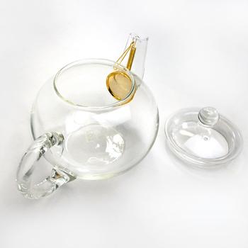 まずは基本のティーポット。よく目にする、丸く膨らんだ愛嬌のある形ですが、この形が、実は大切なのです。紅茶が本当に美味しくなる秘訣は、お湯の中で茶葉が上下に動く「ジャンピング」。丸みはただのデザイン性ではなく、ジャンピングが起こりやすい形なのです。このポットはその名も「ジャンピングティーポット」。