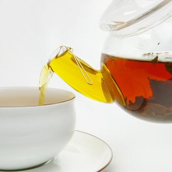 そそぎ口の内側、根元部分に茶漉しが付いているので、カップに注ぐ時に茶葉を堰き止めてくれます。全体がガラスでできているので、ポットの中で茶葉が動き、ゆっくりと開き、お湯がだんだんと綺麗な赤色に染まってくる様子を眺めることができます。見ているだけでゆったり優しい気持ちになりますね。