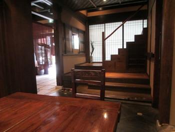店内は京町家の情緒が漂う空間。1階は、西京漬けのお買物フロアになっています。お食事は2階へ。