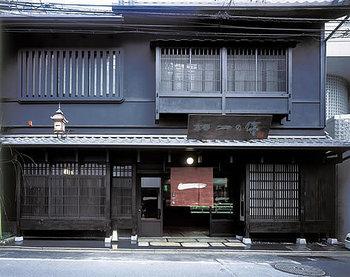 創業1927年、京都の伝統料理「西京漬け」のお店「京都一の傳」は、阪急京都線烏丸駅より徒歩8分ほどの所にあります。情緒漂うお店で、伝承の味を堪能できます。