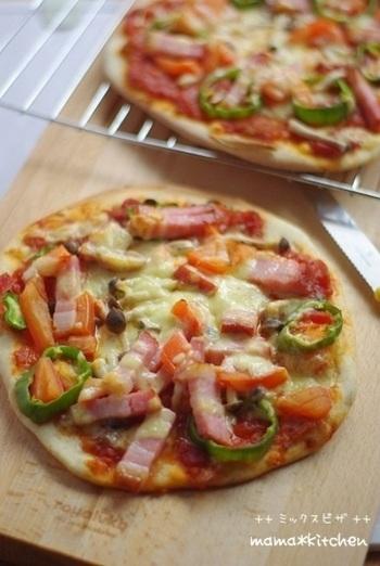 生地に混ぜる粉を工夫することで、手作りピザの味わいもさらに幅が広がります。こちらは食物繊維やミネラルが豊富な全粒粉を混ぜることでより体に優しく、香ばしい生地に仕上げました。生地のテイストに合わせてトッピングの相性も工夫してみると良いですね。
