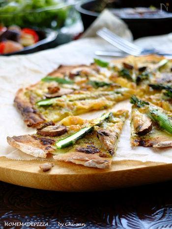 ピザはふわふわよりカリカリのほうが好き、という方にはこちらのレシピがおすすめ。こちらの生地も発酵なしのタイプです。約10分で作れるから忙しい時の味方♪生地はフライパンで焼けるほか、具をのせてそのままフライパンで焼く方法も紹介されています。