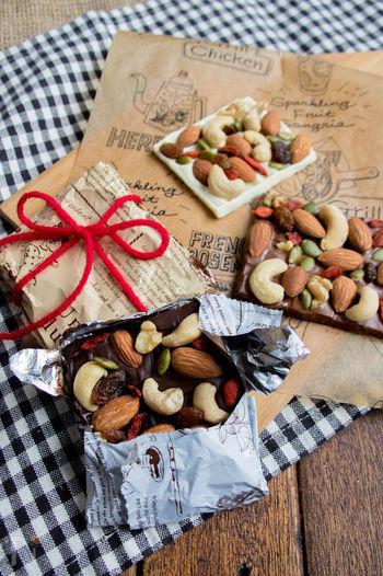 チョコの上に、ナッツやドライフルーツを贅沢に散らしたマンディアンが流行していますね。見た目はとても華やかですが、作り方は超簡単。栄養価の高い食材を使うことで、美意識の高い女性にも喜ばれそうな友チョコです。