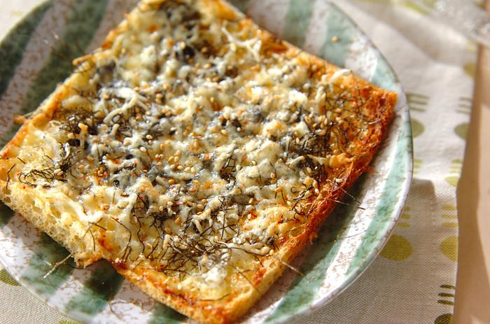 こちらは油揚げを生地に代用した正方形のピザ。油揚げを開いて使っています。トースターで焼けるのでとっても簡単♪お酒のおつまみにも良いでしょう。
