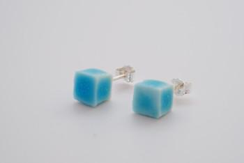 こちらはobjectシリーズのキューブ型ピアス。柔らかな雰囲気と透明感が漂う、爽やかなターコイズブルーが特徴的。