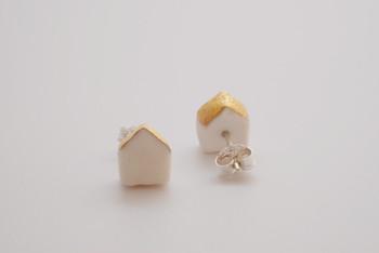 こちらも同じくobjectシリーズの「home」。小さなお家のかたちがほっこりと愛らしいピアスです。主張しすぎないかたちとミニマムなサイズ感は、大人の女性でもつけやすいさりげない可愛らしさで、遊び心を感じさせてくれますね。