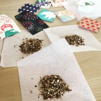 和紙で出来た可愛らしいポチ袋には、白檀などの香りをこっそり忍ばせて、そのままバッグやタンスにポン♪