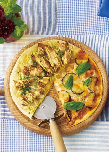 手作りピザならハーフ&ハーフもお好みでアレンジできますよ♪こちらは照り焼きチキンとなすのミートソースの組み合わせ。配分は自由自在なので、好きな味の部分を広めにトッピングするのもOKです♪