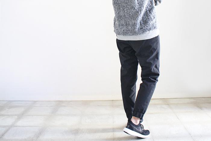 動きやすいストレッチが効いたリラックスパンツもおすすめ。中綿が入りであたたかく、スッキリとしたテーパードラインが魅力です。外出時にもかっこよくはいて行ける、スタイリッシュなデザインです。