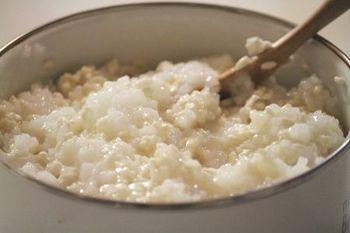 用意するものはお米半合と米麹100gのみ。 まずは、お米を洗い炊飯器で全粥を作ります。炊き上がったら60℃くらいまで冷まし、米麹を混ぜ合わせステンレス製の容器やボウルに入れます。