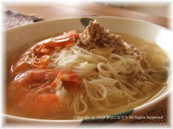 中細ストレート麺を使う担仔麺は、中華麺・そうめん・冷麦・ビーフンなど様々な麺で代用可能です。さらに、エビでイチからスープを作るのはたいへんですが、干しエビなどの乾物を活用すると簡単に旨味が出せますよ。