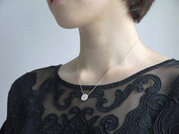 生の土に判子を押し当てて凸凹模様をつくる陶芸の伝統技法「印花」。その印花模様をそのままパーツにしたのが、ポーセリンジュエリーブランド、terra-cottaのネックレスです。