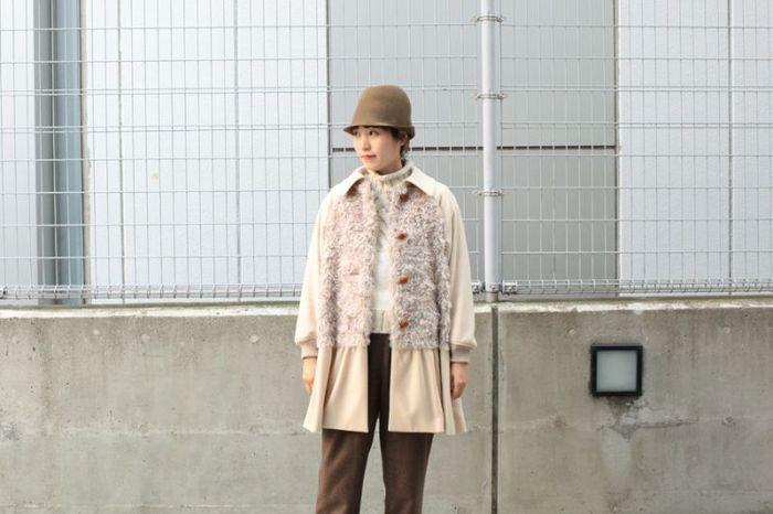 帽子とパンツはブラウン、コートはクリーム、ニットはオフホワイト。トップスやアウターを淡い色にすることで顔周りが明るくなるので、真冬でも重い印象にはなりませんね。