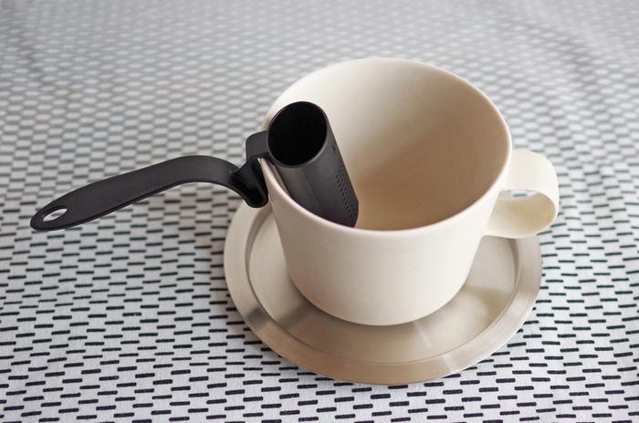 プラスチック製でカップに引っ掛けるタイプの珍しいデザインのティーストレーナーです。一杯分の茶葉を収めるサイズ感なので、デスクワークなどでも常備したくなる便利さです。