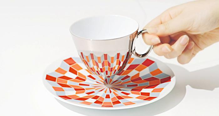 このカップは、表面が鏡面仕上げになっています。つまり、ソーサーに置いたときに、模様がカップに映り込んで、カップ&ソーサーが共同で模様を作り上げる仕掛けがされているのです。