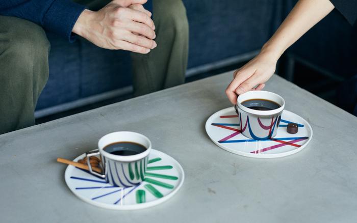 お皿が違えば新しいデザインが生まれる、驚きのあるカップ&ソーサーです。ソーサー部分はお菓子などをのせても余裕があるくらいの大き目サイズなのでプレートとしても使用できます。シックなテーブルにも合う、スタイリッシュなデザイン性の高さが素敵ですね。