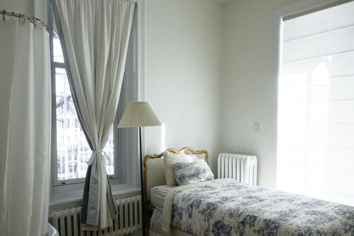 色柄カーテンを取り入れるなら、既存のインテリアにある色を意識することで一体感が生まれます。ベッドルームならベッドリネンの色と同じトーンの色や、その展開色を選びましょう。色がたくさんある場合は、一番見せたい色を選べばOK。