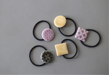 岐阜の老舗磁器メーカー・ODA POTTERY(小田陶器)がつくるのは、三角格子や石畳など、日本らしいモチーフを紋様にしたヘアアクセサリー。元々食器用に試作しストックされていたレリーフを「小さなアクセサリーにしてみては?」と生まれたのが、和の雰囲気を感じるこちらのシリーズです。