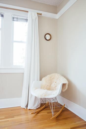 一般的な既製品サイズは掃き出し窓と腰高窓の2種類に合わせて作られています。掃き出し窓で半枚が100cm☓178cm、腰高窓で100cm☓135cm。窓のサイズも多様化してきたので、既製品でも2mくらいまで選べるものも増えてきています。 冷気を遮断したい場合は、床ギリギリまで長さがあっても◎ 床に裾が付いてしまうと埃がつきやすく掃除が面倒なので1〜2cm程度浮かしましょう。