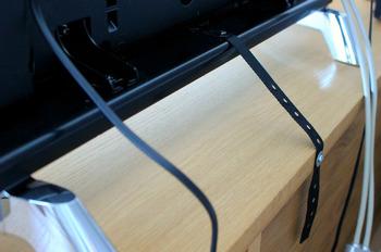 まずは、耐震マットを貼る部分(家具の底など)が壊れやすかったり、剥がれやすくないか確認しましょう。  また、耐震マットのみではなく、壁か安定したテレビ台に、写真のようにベルトを使って固定しましょう。 パソコンや電子レンジなども同じように対策してくださいね。  またこうした家電はなるべく高いところに置かない、台からはみ出さないように置く、電子レンジの扉は閉めておく、上に物は置かない、など置き方にも気をつけましょう。