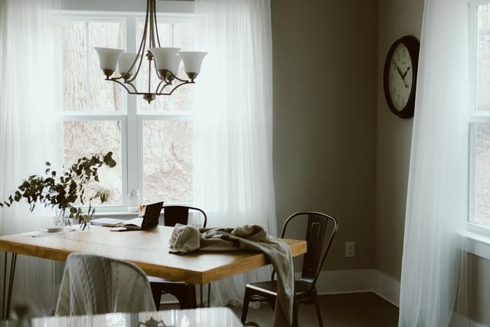 白い壁に茶色い床が多い日本のお家では、お部屋に馴染みやすい白や茶系のカーテンを選びがち。お部屋を明るく広く見せたり、落ち着いた印象をもたらしてくれるため人気でもありますね。