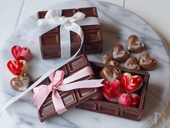 板チョコをカットして組み立て、ギフトボックスに。中に入ったバレンタインチョコが、まるでジュエリーのよう。素敵なアイデアですね。工作気分で楽しみましょう。