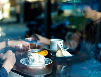 フィンランドデザインのアラビア社のカップ&ソーサーです。果物の絵柄が描かれたシンプルなデザインは、テーブルに並べてもインテリアに馴染みます。