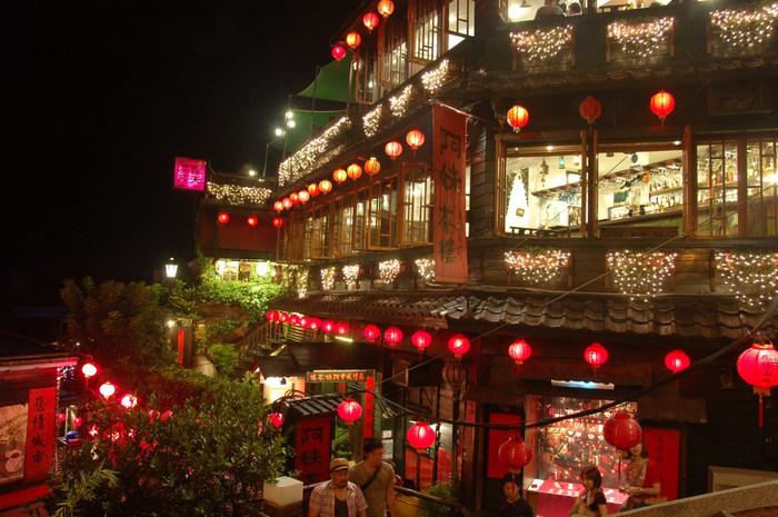 台湾旅行の目玉といえば、赤提灯が灯るレトロな町並みが魅力の街・九份(キュウフン)の観光、そして夜市の屋台での食べ歩きが主流になっていますよね。ですが、実は台湾には、おしゃれな雰囲気でお茶やショッピングを楽しめるスポットもたくさんあるんです。