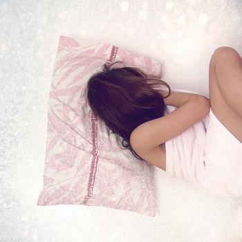 自分の好みはある程度重要視したいところですが、やはり高すぎる枕、低すぎる枕は、肩や首への負担も大きくなります。  すぐにできる枕の高さ調節法として、タオルを使った方法があります。ストレートネックで悩んでいる方は、気軽にできるこちらの方法で様子をみるのも良いでしょう。  今ある枕にタオルをのせたり(もしくは敷いてみたり)、枕の手前の肩のあたりに折りたたんだタオルを適宜敷いてみたりするとどのくらいの高さの枕が自分に一番フィットするか、気軽に試すことができます。何日か試してみて快適な睡眠がとれる枕を探してみてくださいね。  逆に枕を低くしたい場合は、タオルを折りたたんだものを枕代わりに使ってみると良いでしょう。