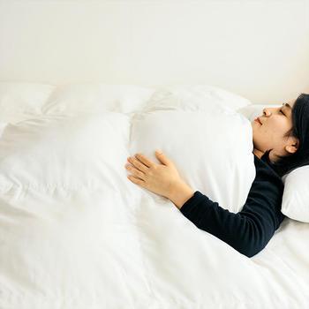 寒い冬に特にオススメなのは、体にふわっとフィットして空気の層に熱を蓄える羽毛布団。毛布などが体との間に入るとかえって熱を蓄えにくくなるため、羽毛布団の上に毛布をかける方がオススメとのこと。