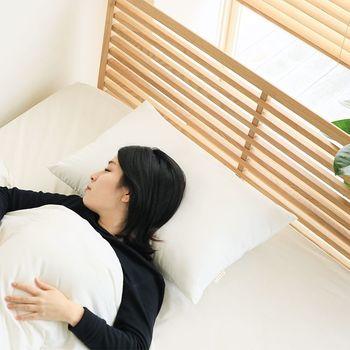 今お使いのマットレスや布団が柔らかめの物であれば、少し体が沈み頭が浮きがちになるので低めの枕がオススメです。逆に硬めのマットレスの場合はやや高めの枕を選ぶほうがしっかり支えてくれるでしょう。 また、頭があまり沈まない、硬めの材質の枕の場合、幅のあるものをチョイスすると寝返りがしやすくなります。
