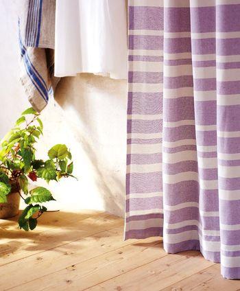 フレンチっぽいやさしいラベンダー色がかわいいカーテンです。カジュアルなボーダーでほのかに透け感があり、リネン素材とも相性抜群。お部屋を明るく見せてくれるでしょう。