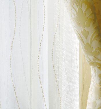 インテリアとして1枚をさらっとかけるだけのお家が増えてきましたが、機能面を考えると採光と遮光、相反する2つの機能を活かすには、内側にレース素材の薄手のカーテン。外側に厚手のカーテンを合わせる掛け方が理想です。 同じメーカーで選んだほうがコーディネートしやすいでしょう。