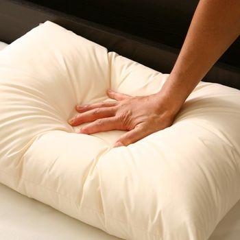 綿の布団は、適度な硬さがあり、もっとも手に入りやすい一般的な枕。メーカー各社によって中材の綿の材質に様々な工夫を凝らしたものも。「綿の枕」といっても、使い心地は実に様々。それぞれの特徴をチェックして自分にあったものを見つけてくださいね。