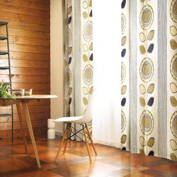 大きなデザインフラワーもナチュラルな家具と相性抜群。壁一面が壁画のように。