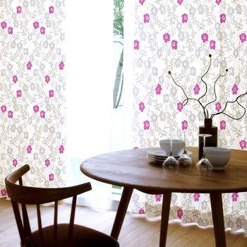 花柄は合わせにくそうと思っていませんか?このような濃いブラウン家具と合わせればシノワズリのような異国情緒の香り漂う空間に。ナチュラル・ブラウンや白い家具と合わせれば、エレガント。モダン・カジュアルなどどのテイストにも合わせられますよ。