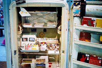 飾り棚にレトロな冷蔵庫が使ったスペースも。ちょっと錆びている部分もまた味わい♪若手作家による新たな個性や感性と、建物や道具の古さを活かそうとする想いがうまく融合して、素敵な雰囲気をつくっています。