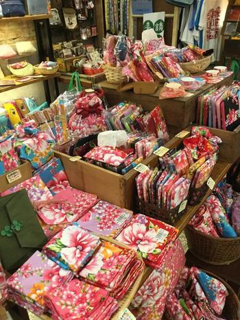 そのほか、伝統的な大きな花柄が目を引く、中国製のハンカチも♪店内見渡す限りカラフルな雑貨でいっぱいです。