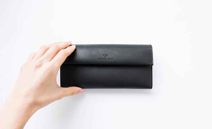 定番カラーでもある黒のお財布は、人付き合いが多く、交際費の出費を抑えたい!そんな方におすすめです。黒は拒絶を意味するため、誘惑を跳ね除けて散財を防げるカラーです。