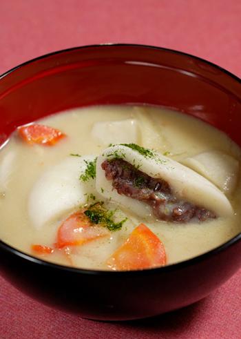香川のお雑煮はあんこたっぷりのお餅が入ったちょっぴりユニークな白みそ仕立てのお雑煮です。トップには青のりを彩りとしてくわえて、風味よくいただきます。