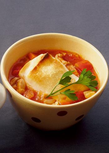 ミネストローネ風のトマトベースのお雑煮はにんにくを効かせているので、コクのある美味しさを堪能することができます。具材の大きさを揃えると見栄えがよくなりますね。