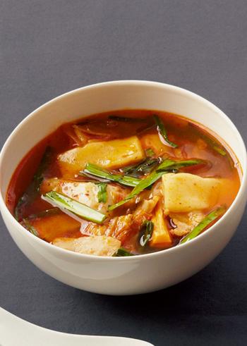 キムチと白ネギをたっぷりと入れたチゲ鍋風のお雑煮は、唐辛子の辛みがぴりりと効いてお正月のマンネリ感を打破してくれます。