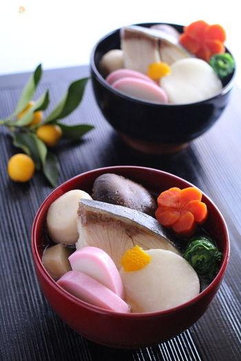 福岡県、博多のお雑煮もブリをいれる豪華なお雑煮です。お出汁にはあごと干しシイタケを使うのが博多流。深みのあるおすまし仕立てのお雑煮で、思わずお代わりしたくなってしまう美味しさです。