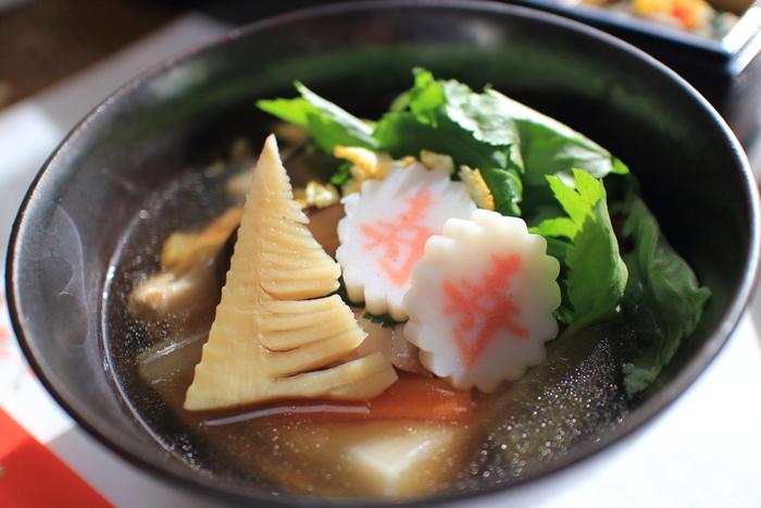 お雑煮は平安時代に始まったといわれています。年神様にお供えしたお餅と、大根、ニンジンなどのお野菜を新年最初の火で煮込んだものをいただいたことが始まりです。